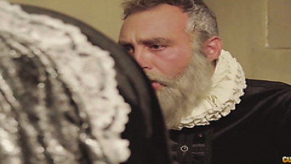 Shakespeare y Servantes se follan a una zorra con curvas en un trío
