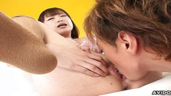 Shino Tanaka, japonesa ruidosa con culo de burbuja, recibe creampie después del sexo orgásmico