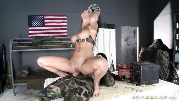Soldado folla a la tetona enfermera sexy Peta Jensen después de la batalla