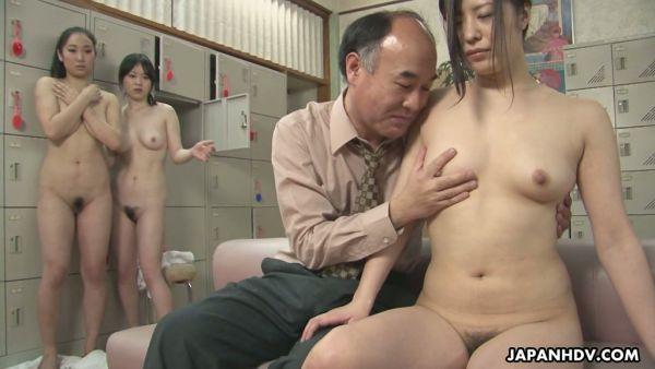 Sucio viejo se folla a un montón de chicas Japonesas en un baño público