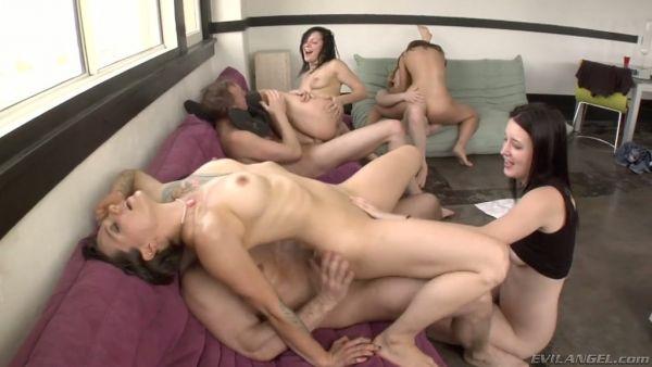 Swinger orgía partido con múltiples parejas teniendo sexo salvaje