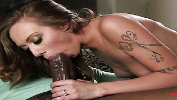 Tatuada Kassie Kay recibe una enorme polla negra en su boca y vagina