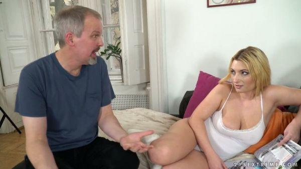Tetona española Lucía Fernández seduce a un viejo amigo de papá