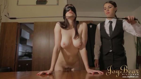 Tiffany azota a Samantha con los ojos vendados antes de tener sexo lésbico salvaje