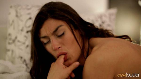 Tio cachonda se folla a Julia Roca en su español coño en un dormitorio