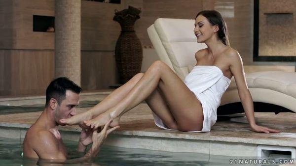 Tio disfruta de Tina Kay sexy de pies y el coño en la piscina cubierta
