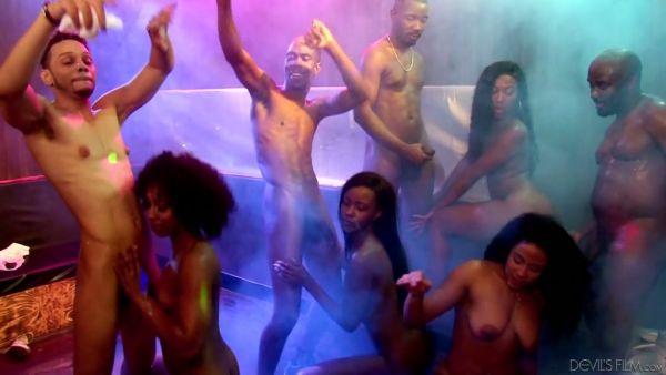 Todo negro orgía en un club nocturno con cuatro borracho ébano azadas