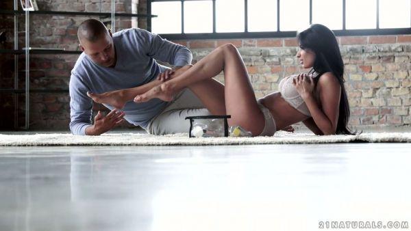 Tomando aliento francés vixen Anissa Kate trabaja con sus pies