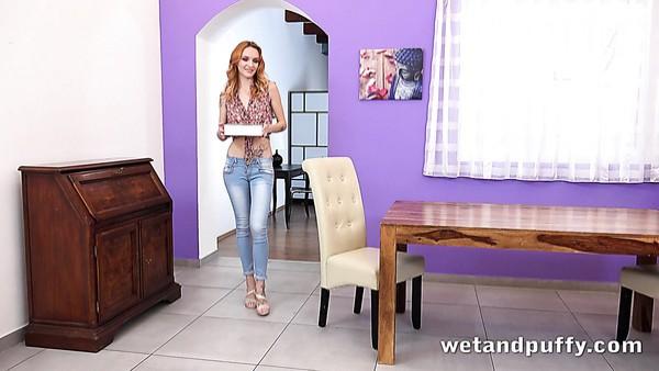 Tórrida y traviesa jovencita Belle Claire se deshace de los jeans para ir sola