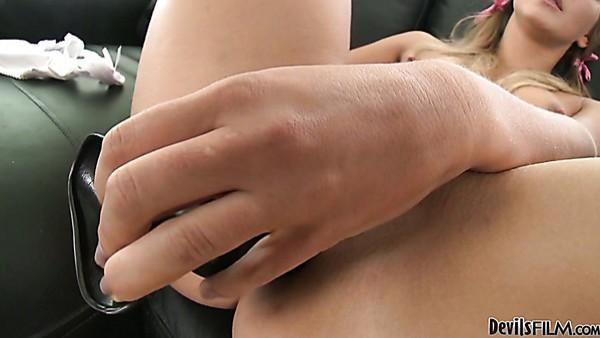 Tramp de piernas largas con trenzas Kira C disfruta de un gangbang interracial desagradable