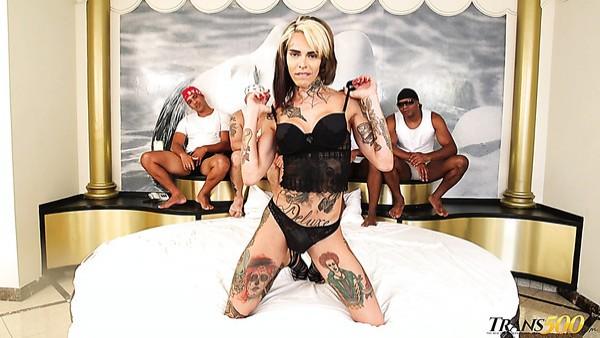 Transexual tatuada salvaje Gaby Ink está lista para un gangbang hardcore