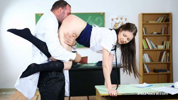 Travieso Rebecca Volpetti obtiene culo jodido durante una aburrida lección