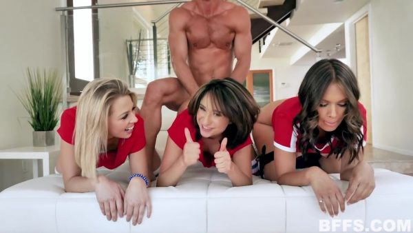 Tres de fumar caliente chicas se doggystyled en un reverse gangbang!