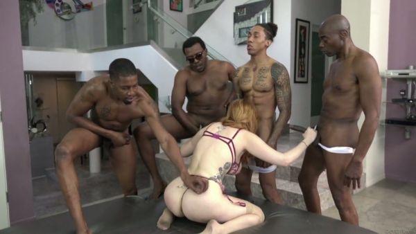 Un escuadrón de matones negros se divierte con una pelirroja blanco azada Lauren Phillips