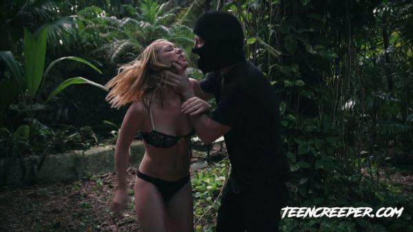 Un espeluznante maniac cazar Raylin Ann en un bosque y se la folla brutalmente