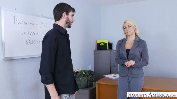 Un estudiante cachonda se folla a su profesor de Sarah Vandella para obtener un mejor grado de