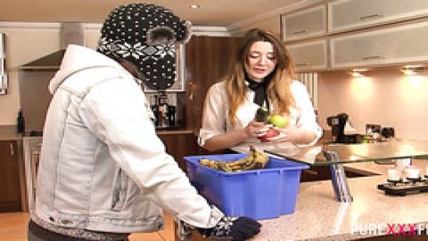 Un individuo de la entrega folla hermosa Británica de pollo Samantha Bentley en una cocina