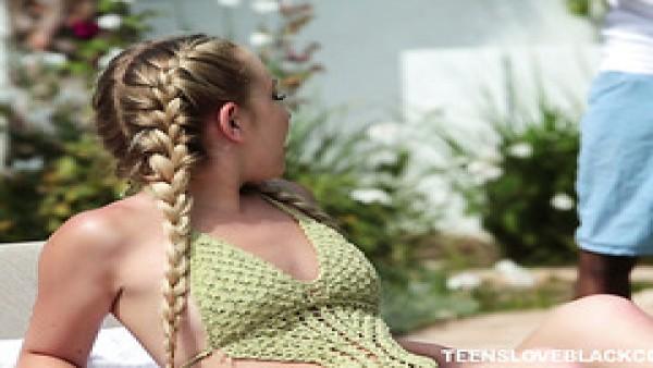 Un tipo negro se folla a la adolescente rubia Amy Summers junto a la piscina