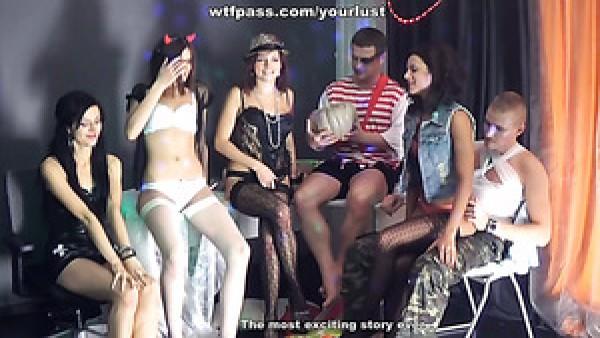 Una fiesta ruidosa se convierte en una fiesta de sexo grupal alucinante