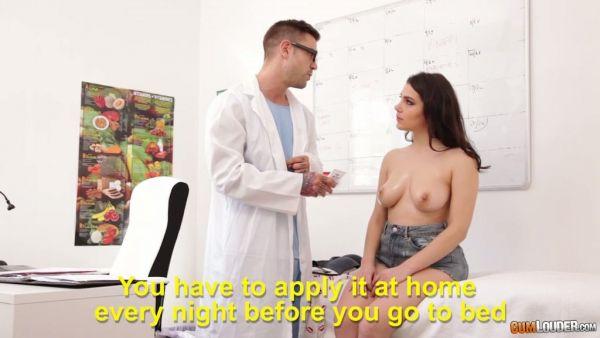 Valentina Nappi permite al cirujano plástico de romper su peludo italiano coño