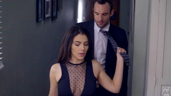 Valentina Nappi quiere que su hombre para tomar de ella después del trabajo
