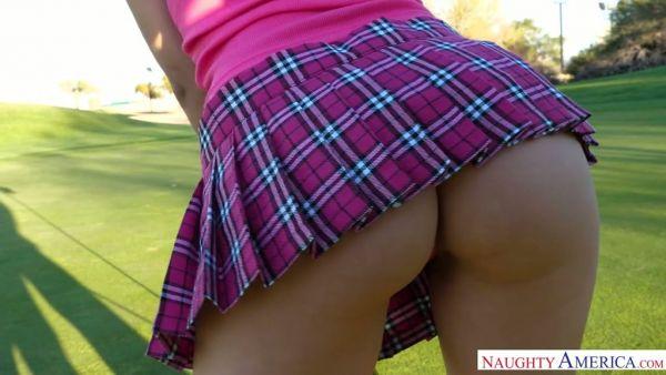 Valentina Nappi se folla a un amigo después de jugar al golf con él