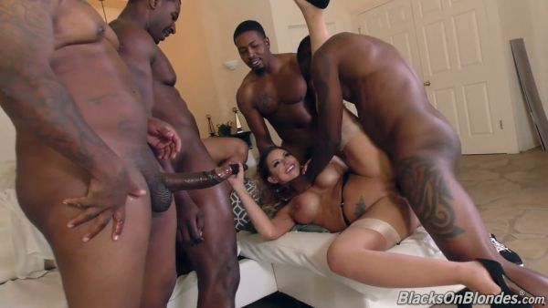 Voluptuosa blanco MILF Brooklyn Chase VS cinco grandes pollas negras