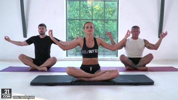 Yoga DP para deportivo MILF Tina Kay